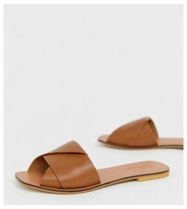 ASOS DESIGN Wide Fit Favoured leather flat sandals-Tan