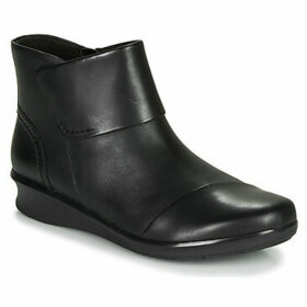 Clarks  HOPE TRACK  women's Mid Boots in Black